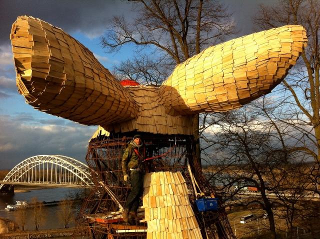 Kunstenaar Florentijn Hofman heeft een Uitkijkkonijn gemaakt van 10 meter hoog in het Valkhofpark