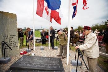 Herdenking bij monument De Oversteek, september 2010.